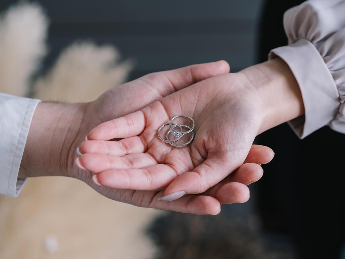 広島で中国エリア最大級の品揃えを誇る婚約指輪と結婚指輪のセレクトジュエリーショップヴァニラで婚約指輪と結婚指輪を購入したカップルの手元