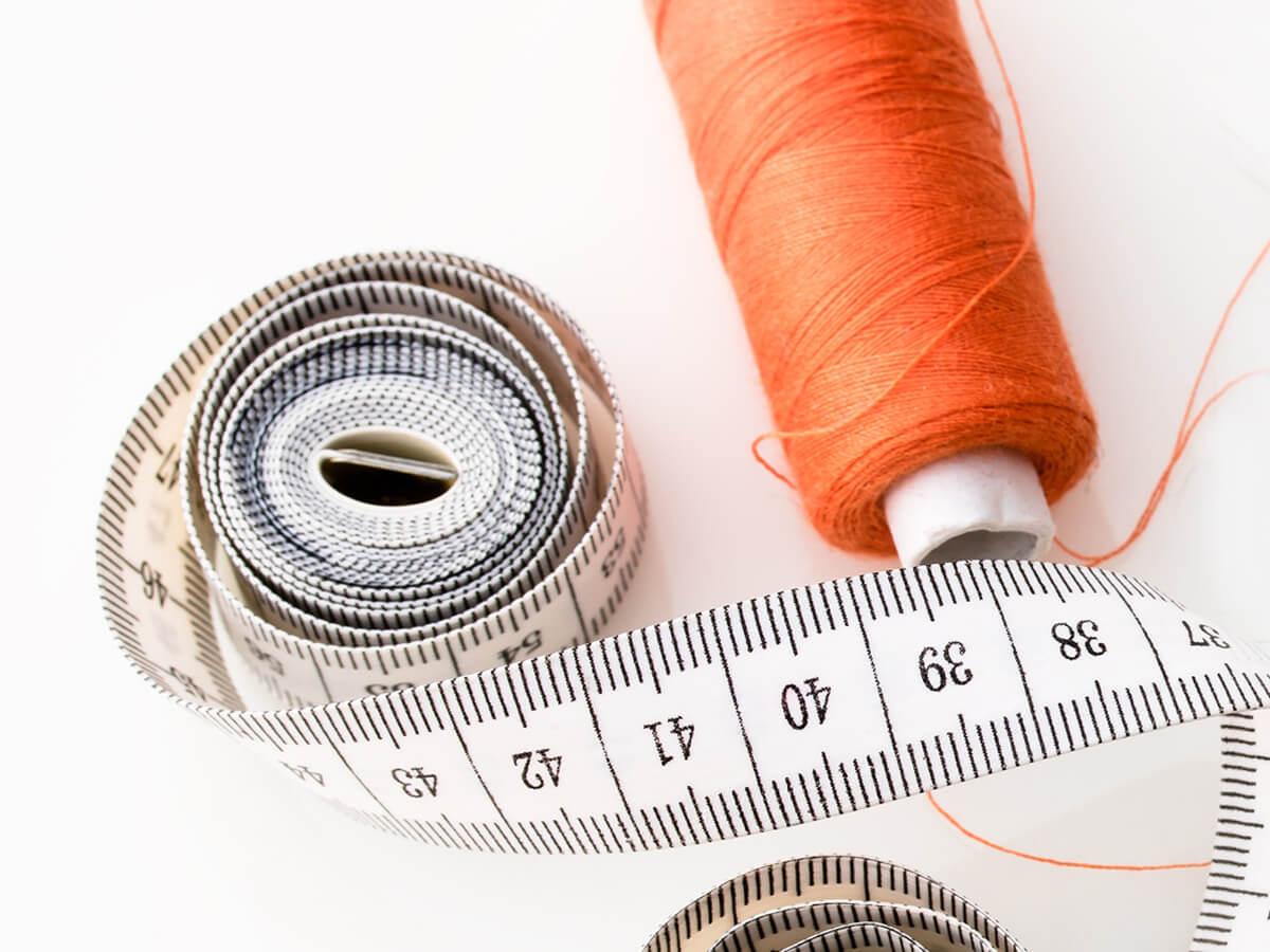 糸とメジャーで彼女に内緒で左手の薬指のサイズを測る