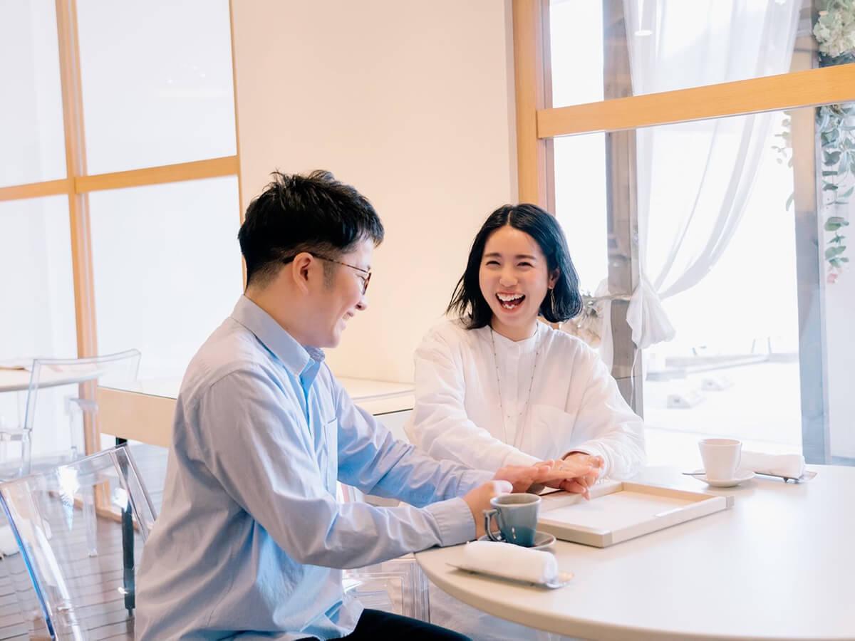 広島で中国エリア最大級の品揃えを誇る婚約指輪と結婚指輪のセレクトジュエリーショップヴァニラで指輪選びを楽しんでいるカップル