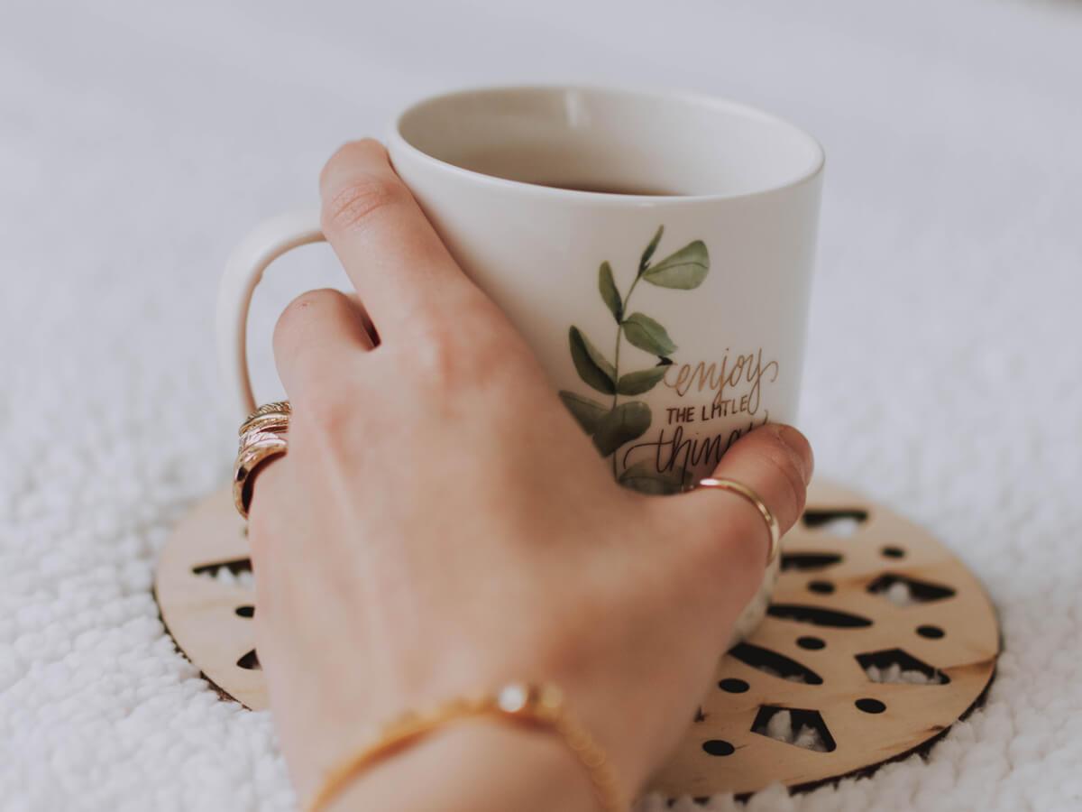 女性が指輪やアクセサリーをつけている手元