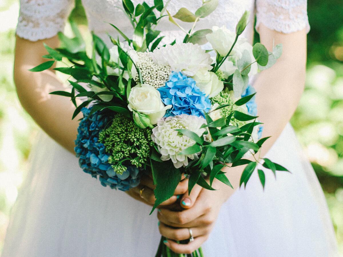 青い花束を持った花嫁