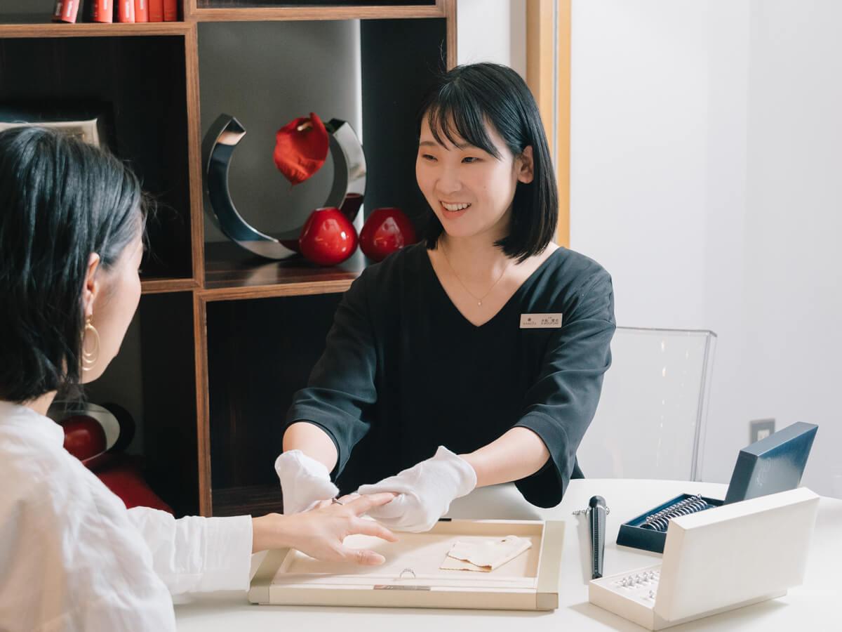 ヴァニラ福山本店のと広島店のコンシェルジュがぴったりなサイズをお測りします